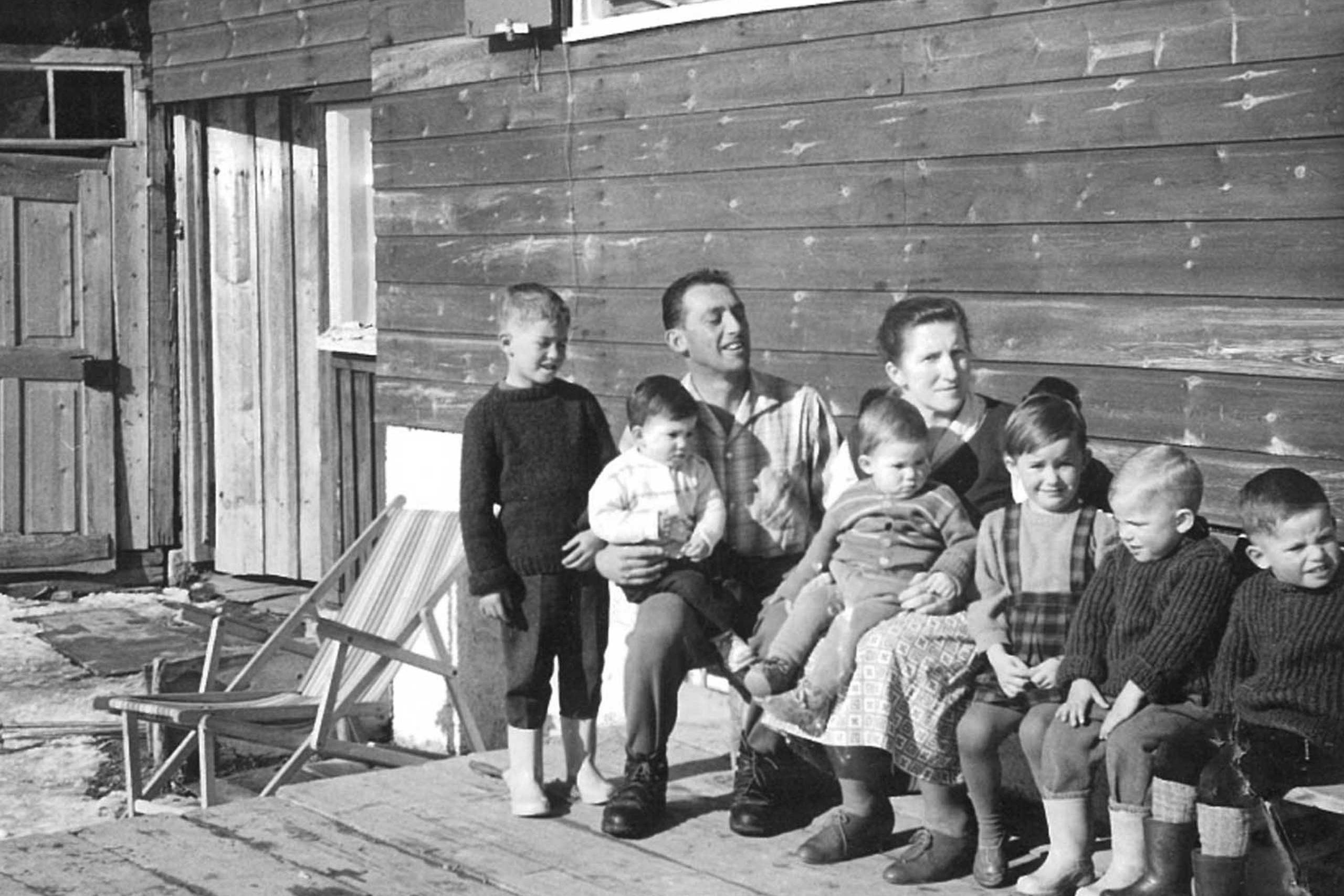 Familie Martin vor dem Haus Glatthorn